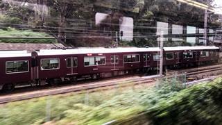 JR西日本の新快速と並走する阪急京都線の特急電車の写真・画像素材[1513669]
