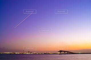 夕暮れの羽田空港を離陸する飛行機の光の軌跡の写真・画像素材[1570930]