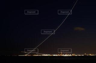 羽田空港を離陸する飛行機の光の軌跡の写真・画像素材[1570935]