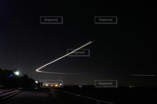 千葉方面から旋回して羽田空港に向かう飛行機の光の軌跡の写真・画像素材[1570937]