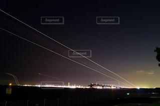 夜の羽田空港へ着陸に向かうジェット機の光の軌跡の写真・画像素材[1570939]