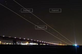夜の羽田空港へ着陸するジェット機の光の軌跡の写真・画像素材[1570940]