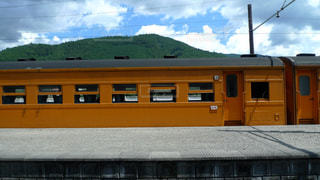 オレンジ色の旧型客車が銀河鉄道のようです。の写真・画像素材[1575851]