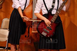 吹奏楽部の演奏会でコントラバスとベースを演奏する女子中学生の写真・画像素材[1576809]