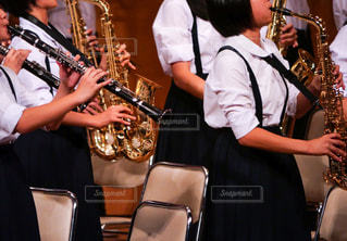 サックスやクラリネットが楽しい中学生による吹奏楽部の演奏会!の写真・画像素材[1576854]