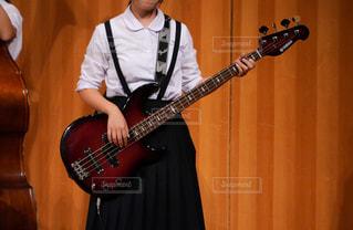吹奏楽部の演奏会でベースを演奏する女子中学生の写真・画像素材[1576855]
