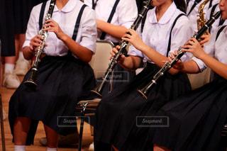 吹奏楽部の演奏会でクラリネットを演奏する女子中学生の写真・画像素材[1576857]