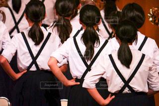 吹奏楽部の演奏会でパフォーマンスしながら演奏する女子中学生の写真・画像素材[1576858]