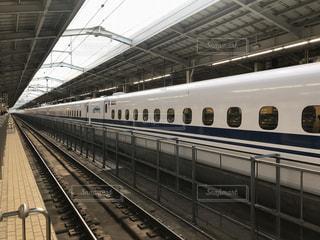 新大阪駅で発車を待つ東京行きの新幹線のぞみ号の写真・画像素材[1584826]