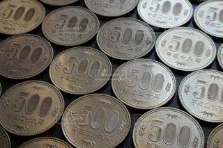 整然と並んだ500円玉硬貨のクローズアップ写真の写真・画像素材[1598635]
