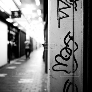 神戸・元町高架通商店街のなかにある建物の壁面の写真・画像素材[1618067]