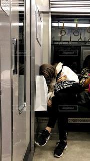 深夜の電車で居眠りする若い女性の写真・画像素材[1618709]