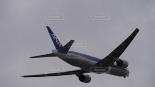 曇空の中、伊丹空港を離陸して旋回、上昇する全日空の飛行機の写真・画像素材[1637473]
