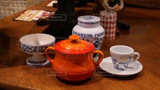 テーブルの上のコーヒーカップとポットの写真・画像素材[1671088]