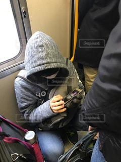 電車の中でしゃがんでスマホゲームをする迷惑な若者の写真・画像素材[1685131]