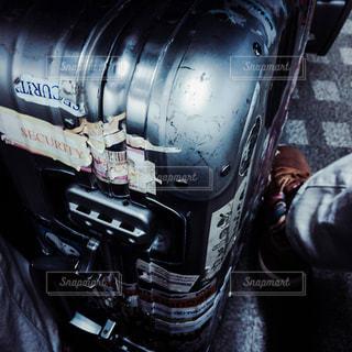 男はリモワのメタルなスーツケースが好き。の写真・画像素材[1694796]