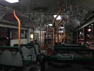 ガラガラの夜の神戸市営バス車内の写真・画像素材[1696300]