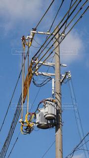 電柱の上にある柱上トランスと電線の写真・画像素材[1699329]