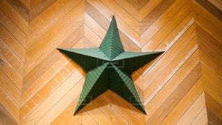建物の壁面に掲示されている緑色の星型のオブジェの写真・画像素材[1701427]