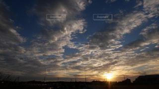街に沈む夕陽の写真・画像素材[1703415]