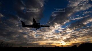 夕焼けの千里川土手から見る伊丹空港に着陸する飛行機。の写真・画像素材[1703417]