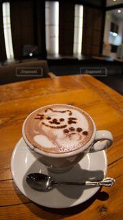 猫の可愛らしい絵が描かれたホットココアの写真・画像素材[1768943]