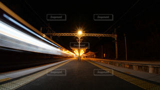 阪急嵐山線、夜の嵐山駅を発車する電車の写真・画像素材[1807154]
