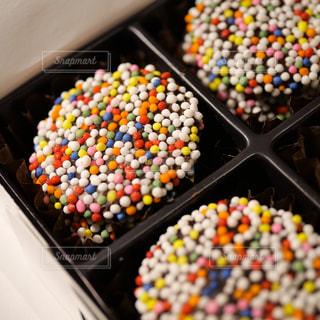小さなプツプツのトッピングが美味しい神戸フロインドリーブのチョコレートの写真・画像素材[1836054]
