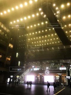 夜霧に包まれた大阪駅の写真・画像素材[1863874]