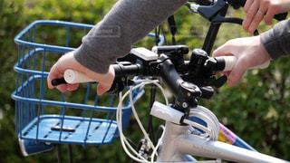 自転車のハンドルを握る人の写真・画像素材[2001466]