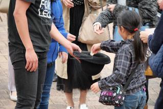 路上での大道芸人による素敵なパフォーマンスにお金を払うの写真・画像素材[2024292]
