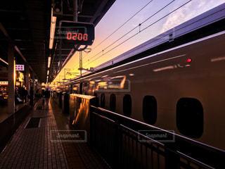 早朝の新大阪駅6時発ののぞみの写真・画像素材[2032409]