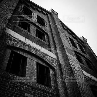 横浜赤レンガ倉庫の壁面モノクロ写真の写真・画像素材[2046135]