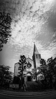 芦屋川沿いに立つカトリック芦屋教会のレトロな建物の写真・画像素材[2056006]