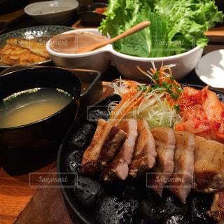 家族で食べると美味しい韓国料理の写真・画像素材[2074256]