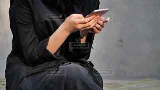 スマートフォンを操作する大人の女性の写真・画像素材[2092725]