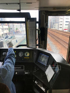 JR西日本神戸線の新快速を運転する運転士の写真・画像素材[2106165]