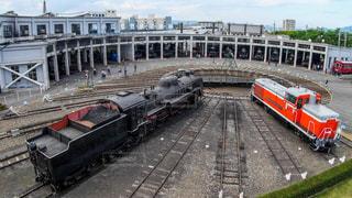 京都鉄道博物館にある転車台と扇型車庫と機関車の写真・画像素材[2131386]