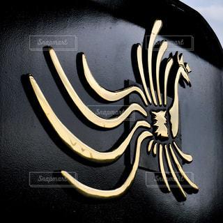 お召し列車を牽引する蒸気機関車に付けられた鳳凰のエンブレムの写真・画像素材[2131419]