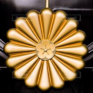 天皇皇后両陛下が乗るお召し列車を牽引する機関車につけられる菊の御紋の写真・画像素材[2131420]