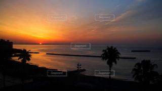 熱海のホテルの窓際から眺める日の出の写真・画像素材[2133235]