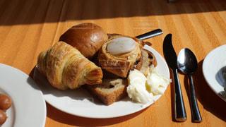 ホテルの窓際でモーニングに美味しいパン。の写真・画像素材[2133239]