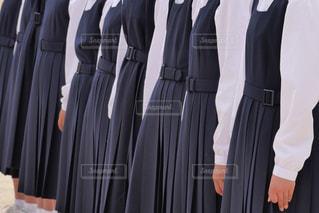 制服を着て、整列して合唱する女子中学生の写真・画像素材[2138083]