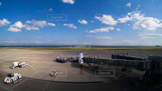 神戸空港に1機だけ駐機中の広い神戸空港の写真・画像素材[2229295]