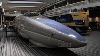 京都鉄道博物館で保存されている500系新幹線と583系寝台特急電車の写真・画像素材[2229984]