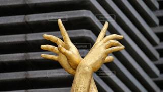 神戸三ノ宮の街角にある金色の像のオブジェの写真・画像素材[2241481]