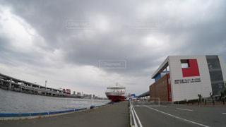 神戸三宮フェリーターミナルに停泊中の宮崎行きの大型船の写真・画像素材[2241487]