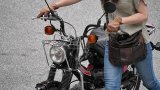 カッコいいバイクを手押しする大人の女性の写真・画像素材[2241871]