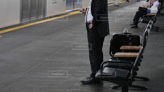 新神戸駅で新幹線の到着を待つ出張帰りのサラリーマンの写真・画像素材[2250556]
