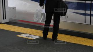 新神戸駅に到着した新幹線に乗り込むサラリーマンの写真・画像素材[2251871]
